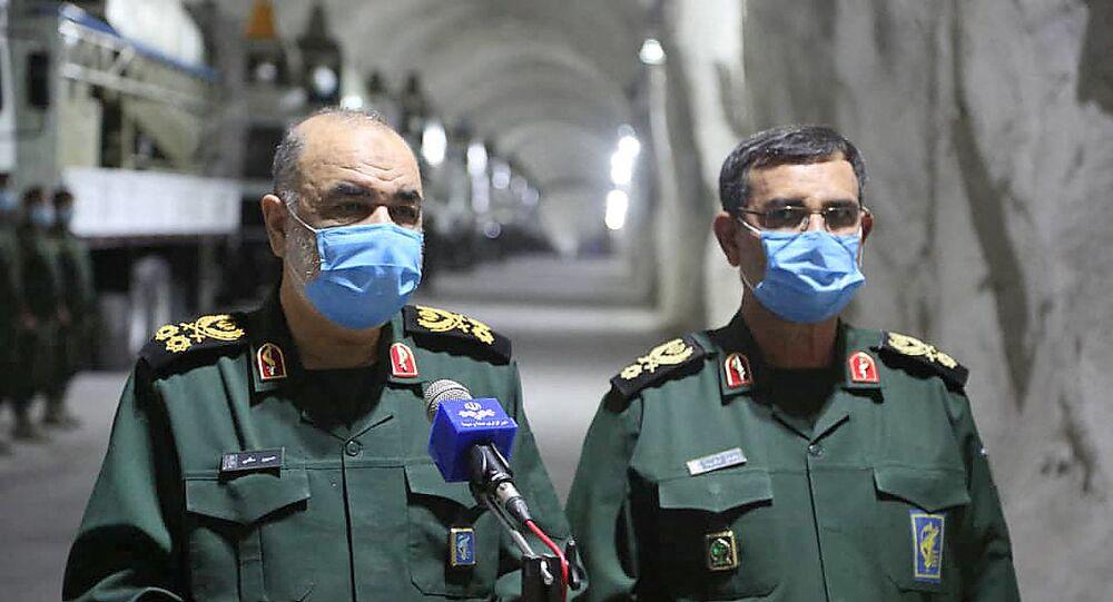 القائد العام للحرس الثوري الإيراني، اللواء حسين سلامي، وقائد القوة البحرية للحرس الثوري الأميرال علي رضا تنكسيري، يكشفون عن قاعدة عسكرية تحت الأرض