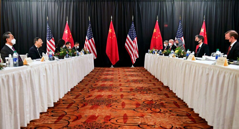الجلسة الافتتاحية للمحادثات الأمريكية الصينية في فندق كابتن كوك في أنكوراج يولاية ألاسكا الأمريكية
