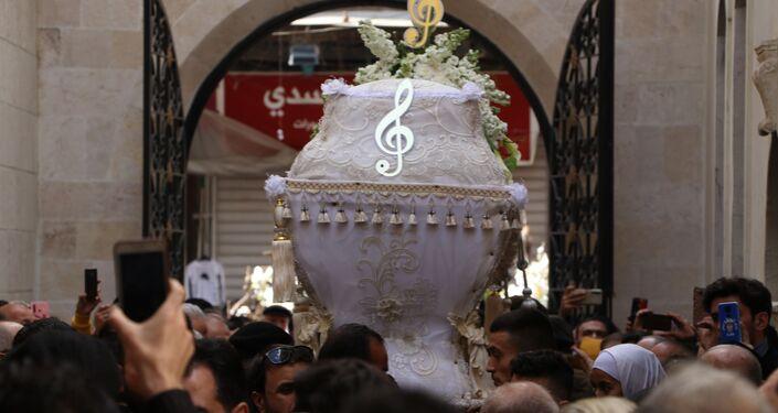 أيقونة كذبك حلو...  ميادة بسيليس تزف على أنغام كاتدرائية السيدة مريم