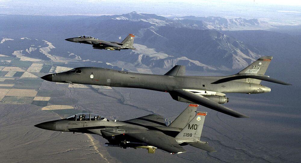 مقاتلات أمريكية برفقة القاذفة بي 1