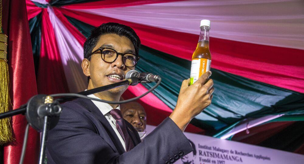 رئيس مدغشقر أندريه راجولينا يتناول المشروب العشبي المعجزة كعلاج لفيروس كورونا العام الماضي