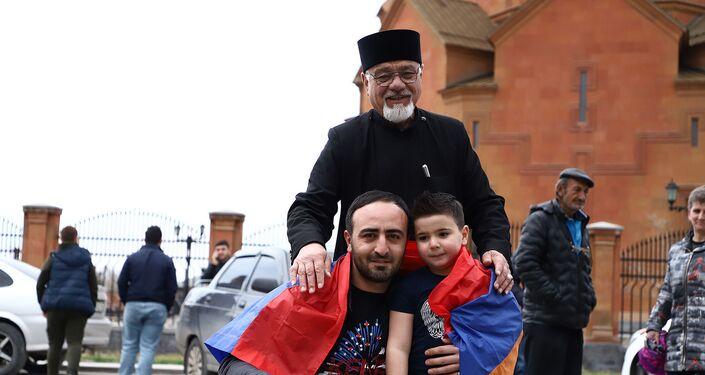 ديفيد بتروسيان البالغ من العمر 5 سنوات مع مدرب
