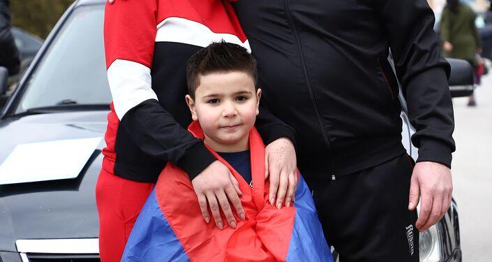 ديفيد بتروسيان البالغ من العمر 5 سنوات مع والديه