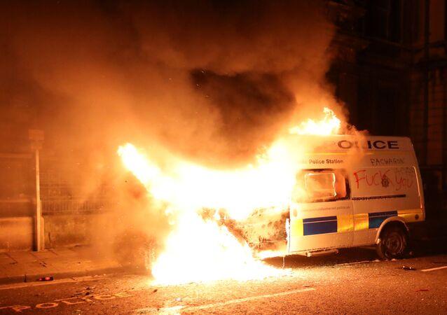 إشعال النار في سيارة للشرطة في مدينة بريستول في إنجلترا