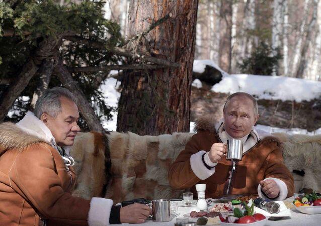الرئيس الروسي فلاديمير بوتين، يحتسي الشاي رفقة وزير الدفاع سيرغي شويغو، في غابات التايغا