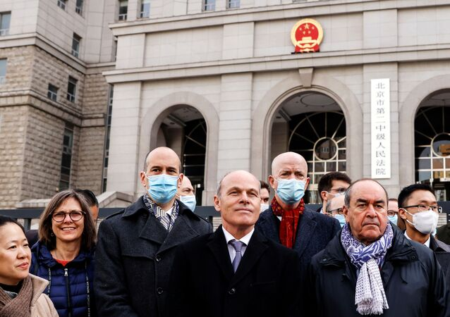 جيم نيكيل القائم بأعمال السفارة الكندية في الصين أمام المحكمة التي تحاكم مايكل كوفريغ