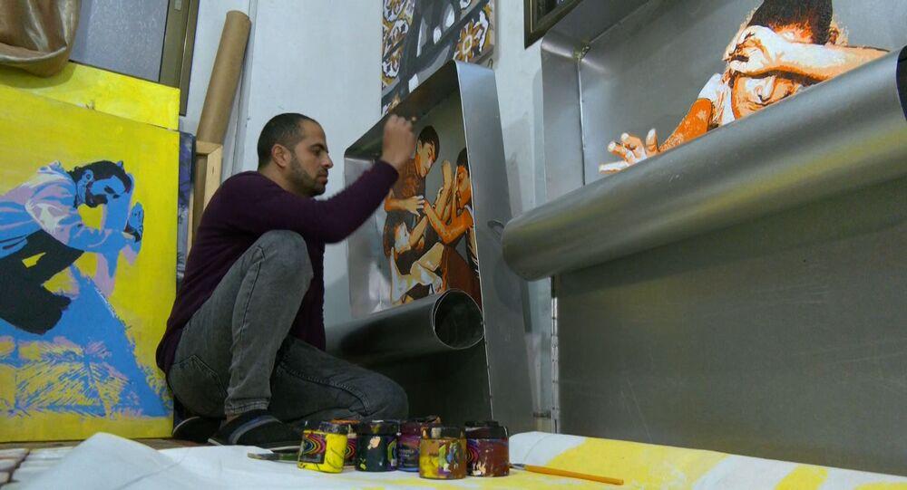 فلسطيني يُبدع برسم معاناة اللجوء والحصار داخل علب السردين