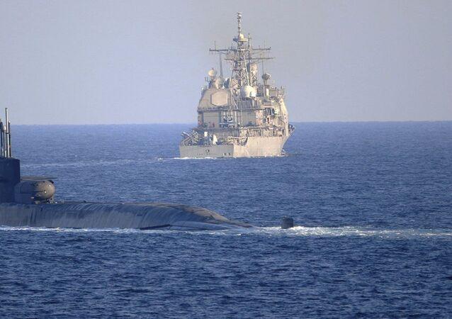 سفينة صواريخ وغواصة حاملة للصواريخ الموجهة تابعة للأسطول الأمريكي في مضيق هرمز