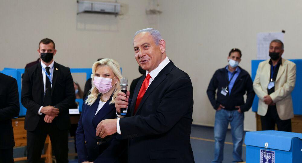 رئيس الوزراء الإسرائيلى المنتهية ولايته، بنيامين نتنياهو، مع عقيلته سارة نتنياهو، أثناء الإدلاء بصوتهما في انتخابات الكنيست (البرلمان)، الرابعة في إسرائيل خلال أقل من عامين، في حي رحافيا في القدس