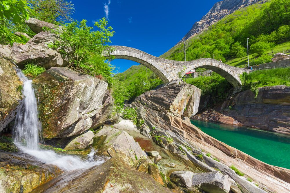 جسر حجري فوق نهر وشلال في بونتي دي سالتي، سويسرا