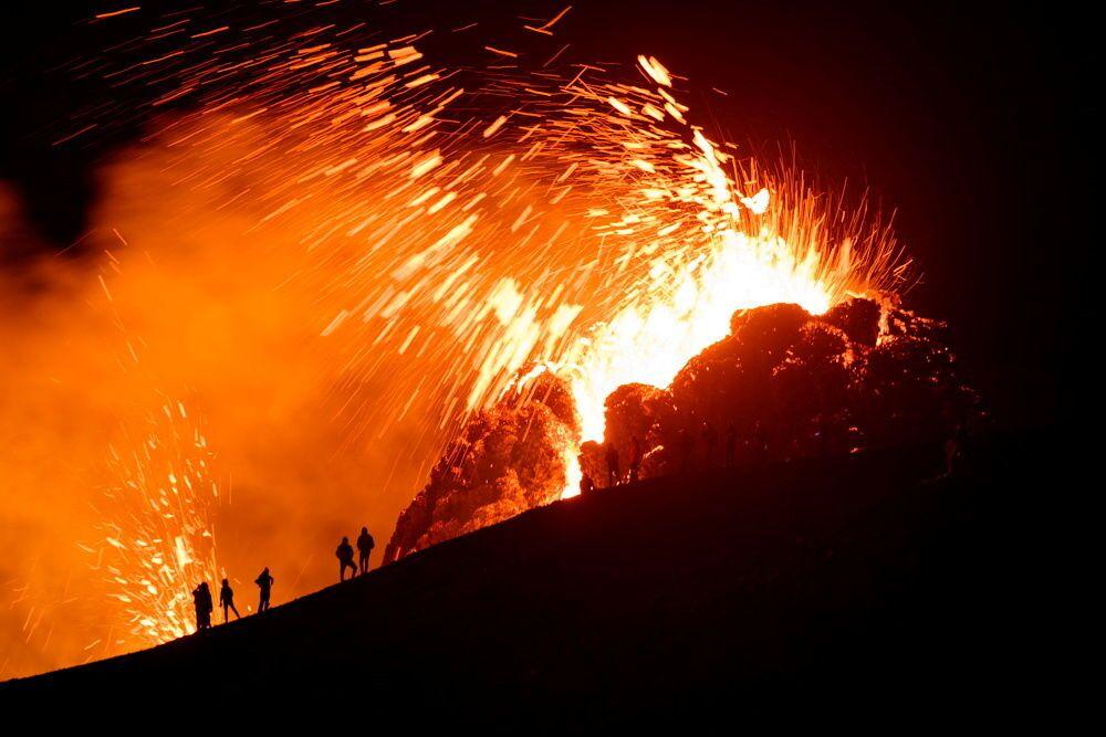 ثوران بركان فاغرادالسفيال في شبه جزيرة ريكيانيس جنوب غربي أيسلندا، 20 مارس 2021