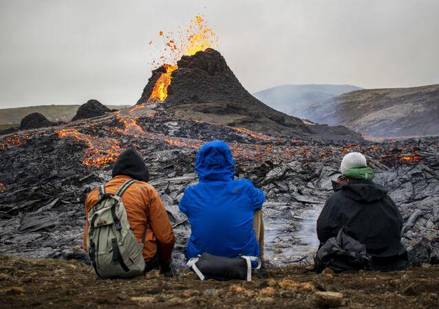 ثوران بركان فاغرادالسفيال في شبه جزيرة ريكيانيس جنوب غربي أيسلندا، 21 مارس 2021