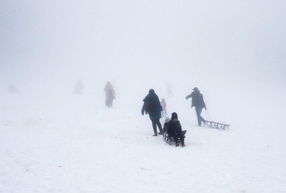 تساقط الثلوج على المناطق الجبلية في البليدة، الجزائر 22 مارس 2021
