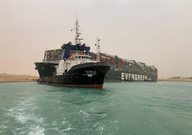 جنوح سفينة عملاقة في قناة السويس