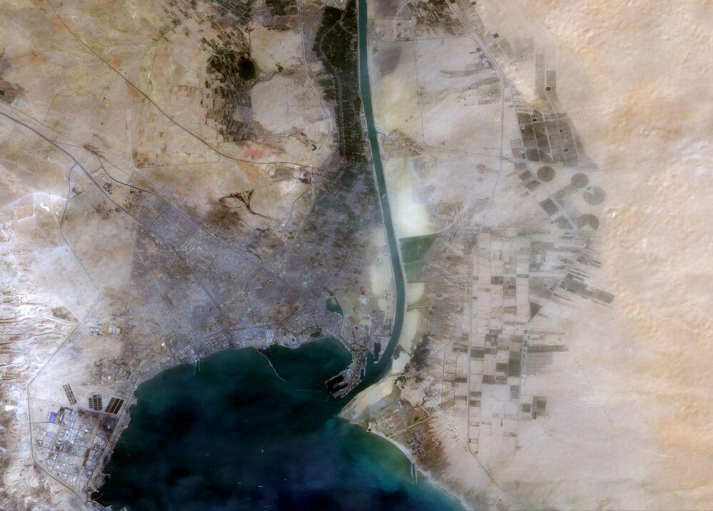 السفينة العملاقة إيفر جيفن في الممر الملاحي الأهم في العالم قناة السويس، مصر 24 مارس 2021
