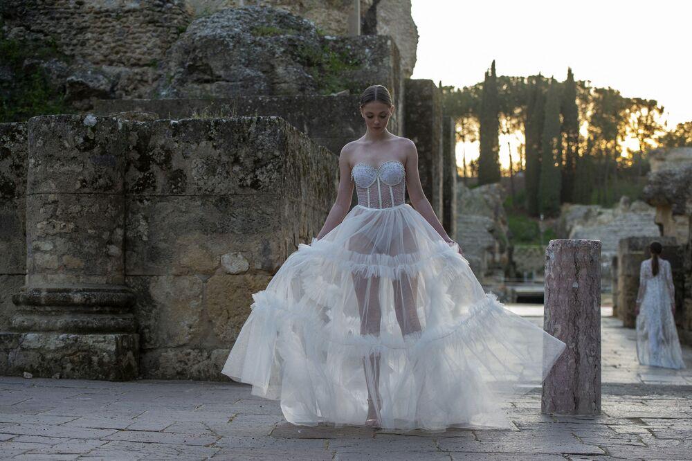 تقدم العارضات تصميم فستان من إنما كاستريجون، في إطار أسبوع الموضة الأندلسي Code'41 في مدرج إيتاليكا في إشبيلية، إسبانيا 21 مارس 2021