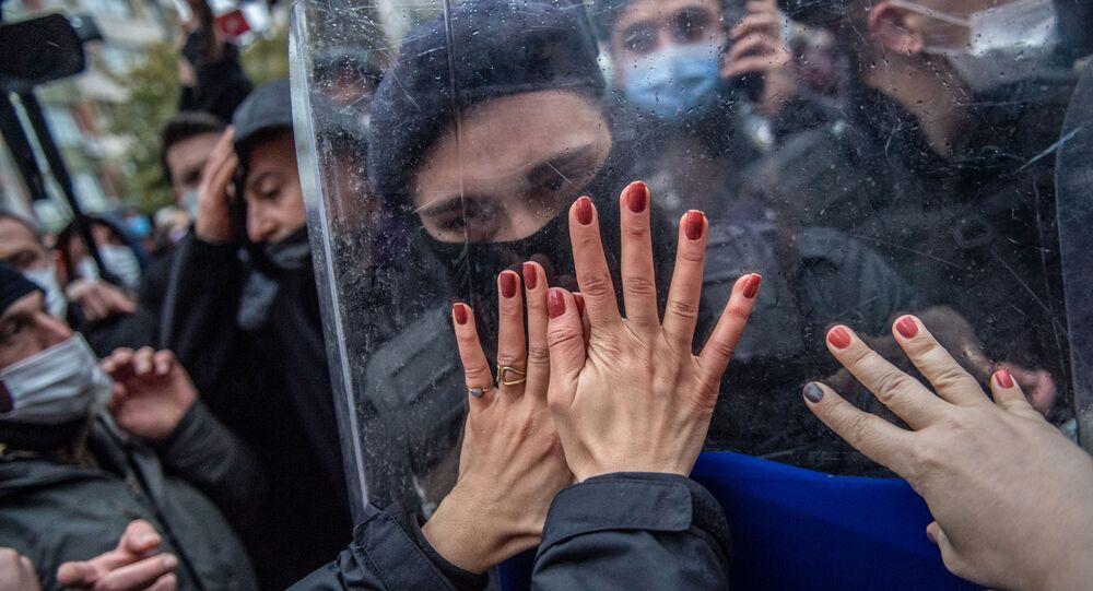 نساء تركيات خلال مظاهرة ضد انسحاب تركيا من اتفاقية اسطنبول، وهي اتفاقية دولية تهدف إلى حماية المرأة من العنف، اسطنبول، 20 مارس 2021