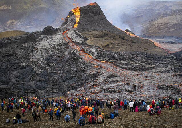 زوار وسياح في موقع ثوران بركان فاغرادالسفيال في شبه جزيرة ريكيانيس جنوب غربي أيسلندا، التي تقع على بعد نحو 30 كيلومترًا من عاصمة البلاد ريكيافيك، 21 مارس 2021