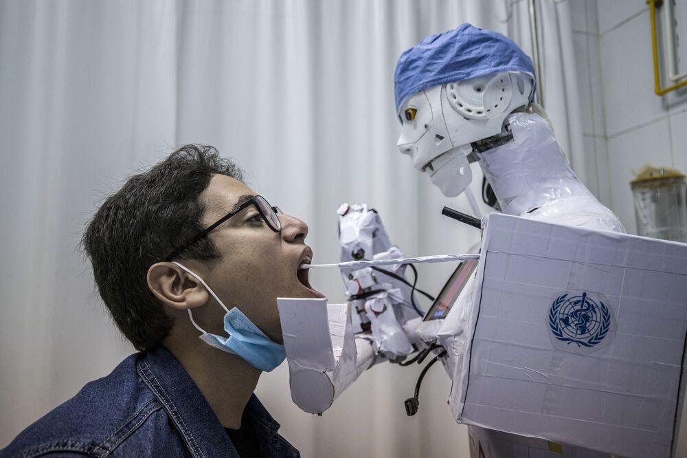 رجل آلي يأخذ مسحة لاجراء فحص كوفيد-19 في طنطا، في إطار الحد من انتشار فيروس كورونا في مصر، 20 مارس 2021