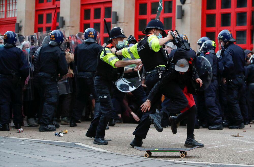 يحاول ضباط الشرطة اعتقال أحد المتظاهرين خلال احتجاج على مشروع قانون الشرطة الجديد المقترح في بريستول، بريطانيا، 21 مارس 2021