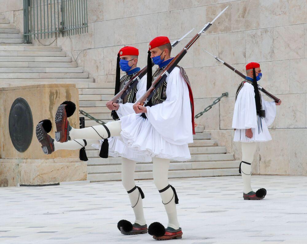 حرس الشرف اليوناني في موقع قبر الجندي المجهول في ميدان سينتاغما في أثينا، اليونان 25 مارس 2021