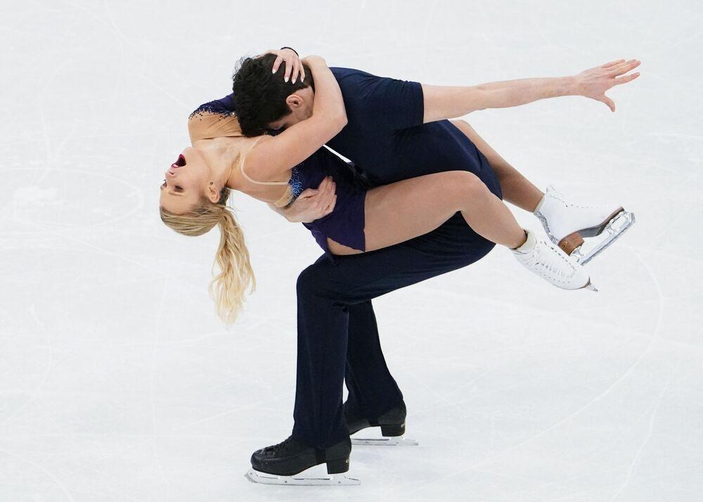 الكنديان كريستين مور-تاويروس و مايكل مارينارو أثناء أدائهما فقرة فنية قصيرة في بطولة العالم للتزحلق الثنائي على الجليد في ستوكهولم، هولندا 24 مارس 2021
