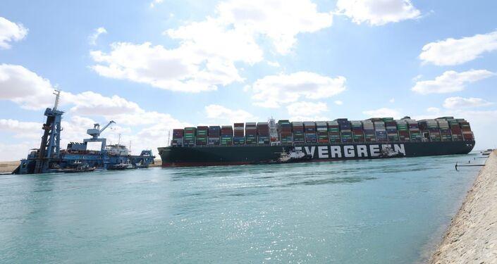 محاولات تعويم السفينة العملاقة الجانحة في قناة السويس