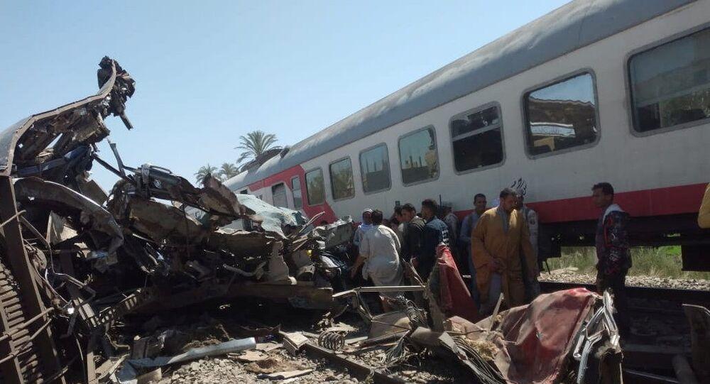 مواطنون يتفقدون الأضرار بعد اصطدام قطارين قرب مدينة سوهاج، 26 مارس/ آذار 2021