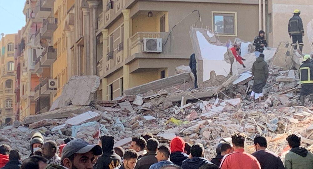 انهيار عقار بمنطقة جسر السويس في مصر