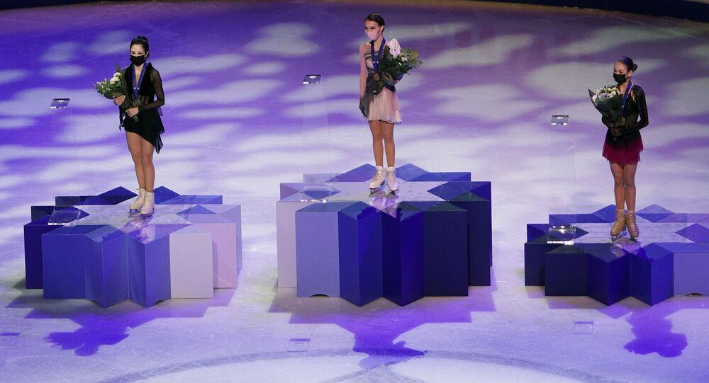 فريق المتزلجات الروس الفائزات على الجليد آنا شيرباكوفا وإليزافيتا توكتاميشيفا وألكساندرا تروسوفا