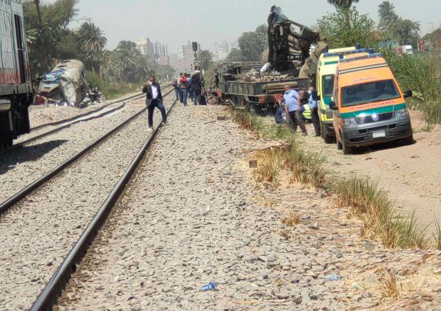 إزالة مخلفات حادث قطاري سوهاج في صعيد مصر