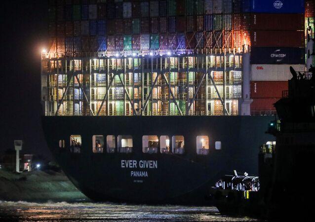 سفينة إيفر جيفن الجانحة في قناة السويس