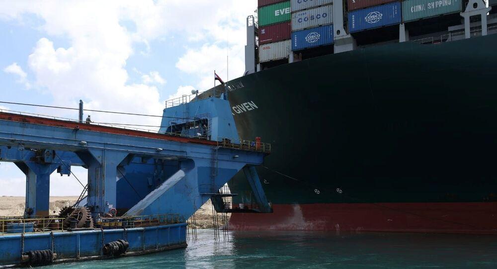 محاولات تعويم السفينة العملاقة إيفر جيفن في قناة السويس، مصر 26 مارس 2021
