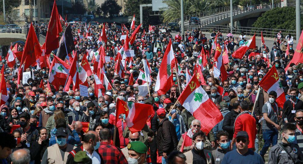 متظاهرون يجتمعون وسط بيروت احتجاجا على الأوضاع الاقتصادية المتردية في لبنان، 28 مارس 2021