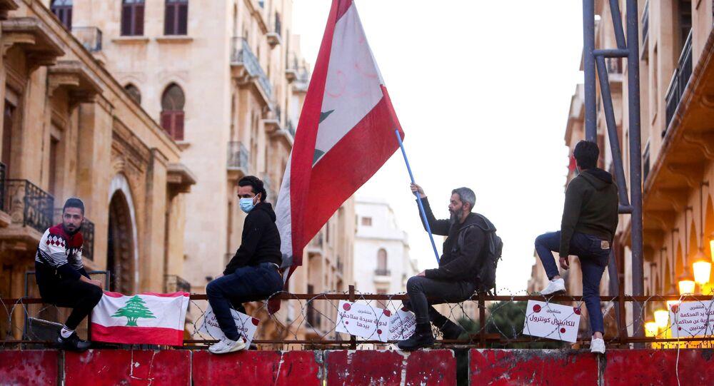 متظاهرون يجتمعون في بعبدا احتجاجا على الأوضاع الاقتصادية المتردية في لبنان، 18مارس 2021