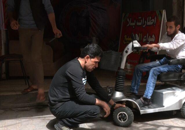 ابتكار الشاب الفلسطيني عبد الله الرضيع يخفف من معاناة ذوي الاحتياجات الخاصة، مدينة غزة، قطاع غزة، فلسطين 30 مارس 2021