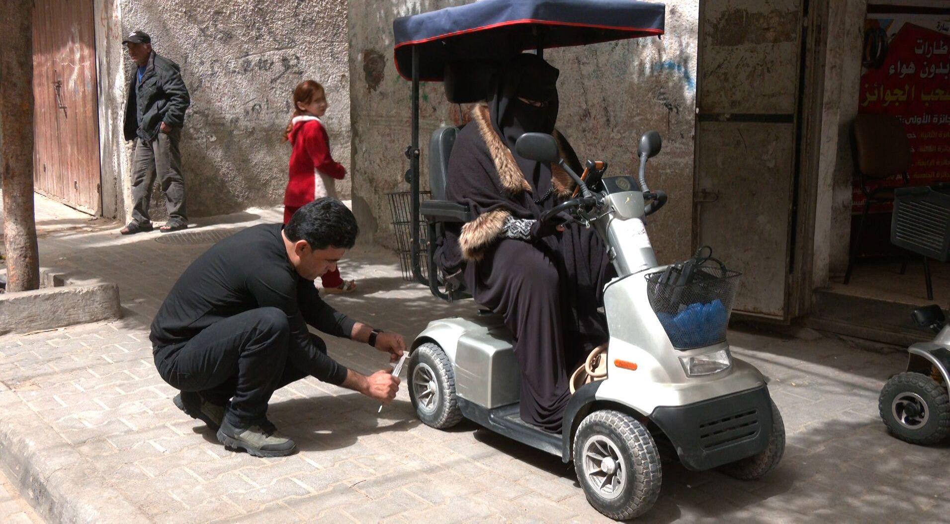ابتكار الشاب الفلسطيني عبدالله البابي يخفف من معاناة ذوي الاحتياجات الخاصة ، مدينة غزة ، قطاع غزة ، فلسطين 30 آذار 2021