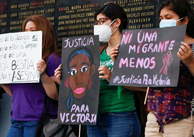 ناشطات نسويات تحملن صورة اللاجئة السلفادورية التي قتلت على يد الشرطة في كوينتانا رو بمكسيكو سيتي