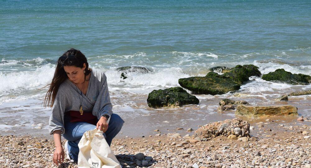الشابة اللبنانية ميرا الشريف تصنع الاكسسوارات اليدوية المختلفة والمميزة بألوان طبيعية من، لبنان 31 مارس 2021