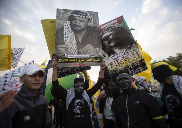 صورة أرشفية - أنصار حركة فتح، يحملون أعلام حركة فتح و صور القائد الراحل ياسر عرفات، رام الله، الضفة الغربية ، فلسطين 11 نوفمبر 2020