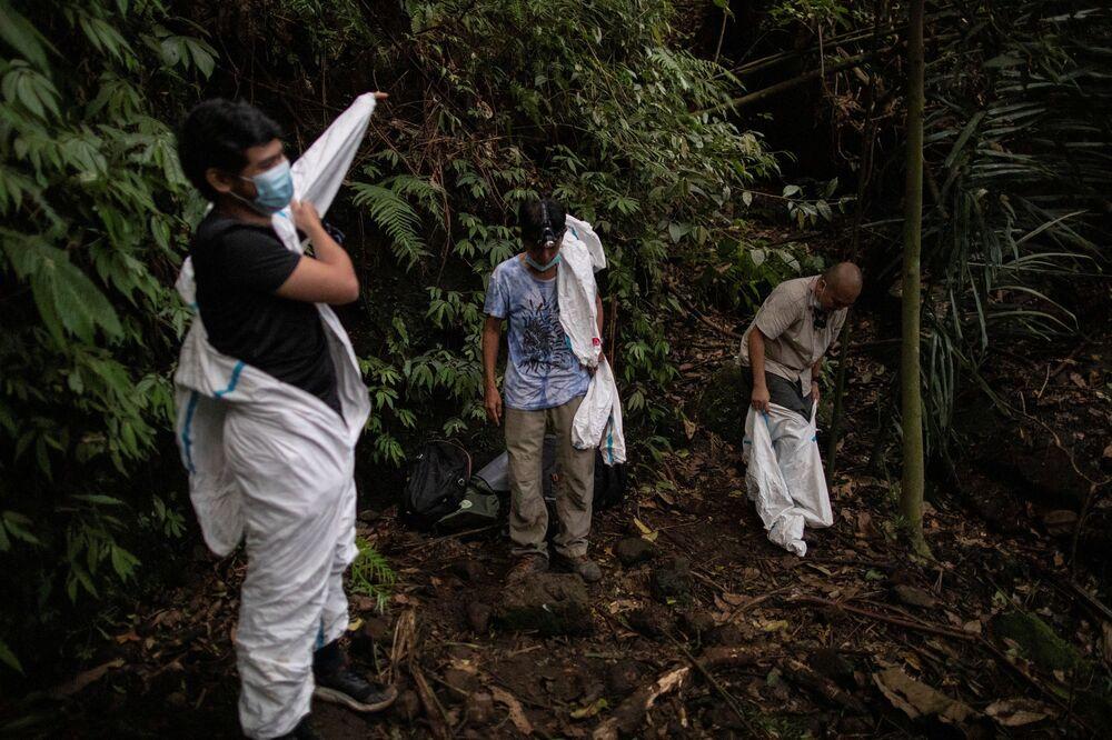 صائدو الفيروسات يرتدون زي الوقاية لحماية أنفسهم من التعرض للخفافيش في جبل ماكيلينغ في لوس بانوس، مقاطعة لاнونا، الفلبين، 18 فبراير 202