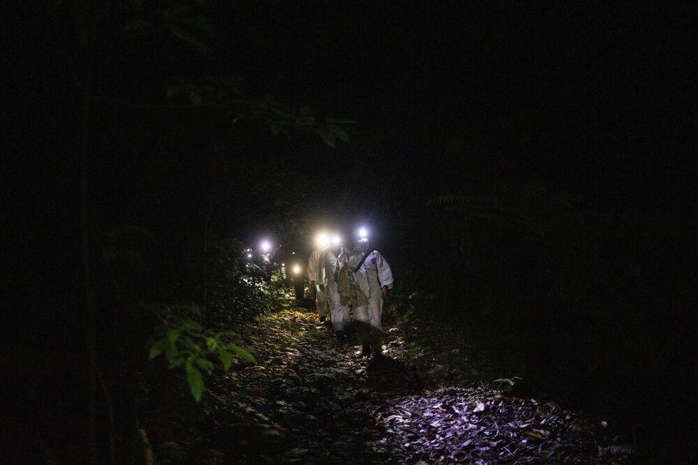 أخصائي علم الخفافيش، كيرك تاراي، يقود مجموعة من الأخصائيين، حاملاً صندق به خفافيش، في منطقة جبل ماكيلينغ في لوس بانوس، مقاطعة لاغونا، الفلبين، 5 مارس 2021