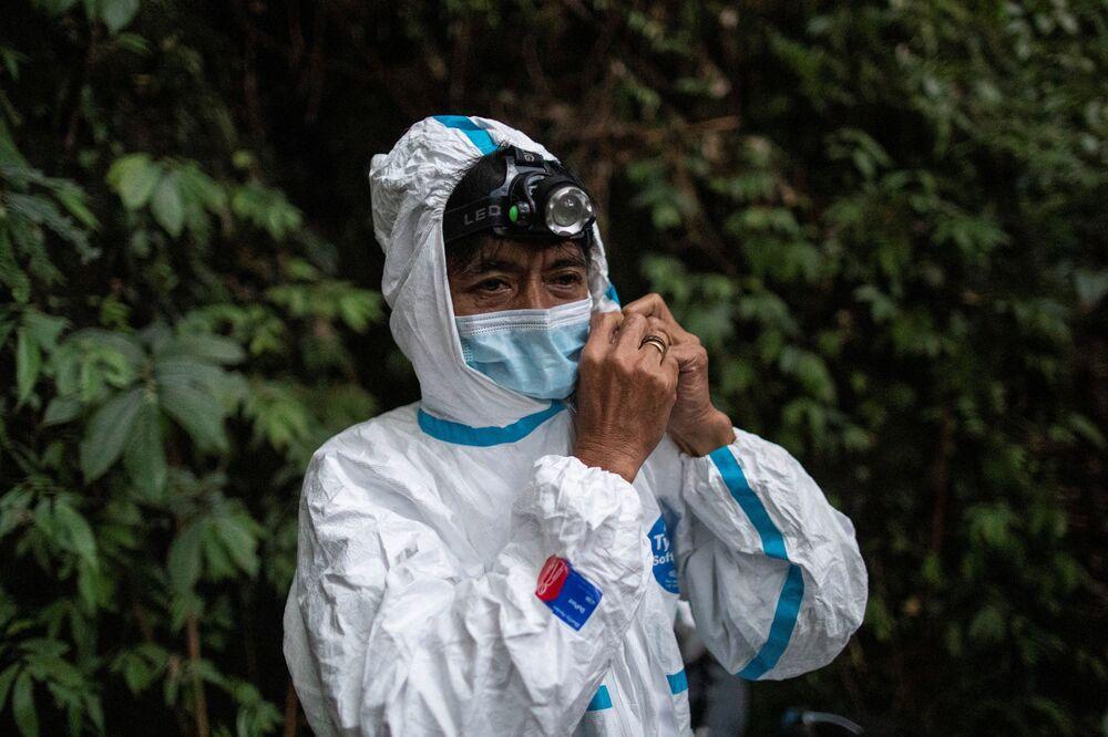 موظف متحف تاريخ الطبيعة، إديسون كوسيكو، يرتدي زي الوقاية لحماية أنفسهم من التعرض للخفافيش في جبل ماكيلينغ في لوس بانوس، مقاطعة لاغونا، الفلبين، 18 فبراير 202