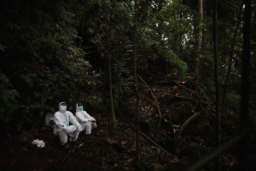 صائدو الفيروسات يرتدون زي الوقاية لحماية أنفسهم من التعرض للخفافيش في جبل جبل ماكيلينغ في لوس بانوس، مقاطعة لاغونا، الفلبين، 18 فبراير 202