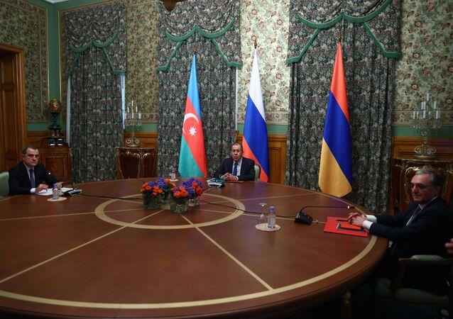 وزير الخارجية الروسي سيرغي لافروف مع نظيريه الأذربيجاني والأرميني
