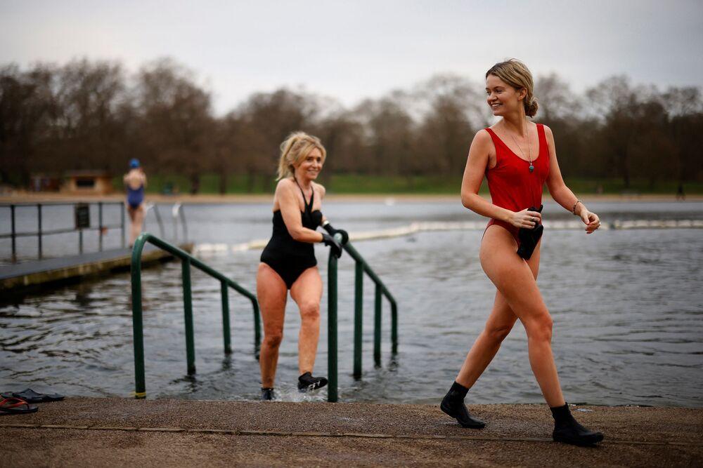 فتيات يخرجن من بركة السباحة في حديقة غايدي-بارك في لندن، بريطانيا 29 مارس 2021