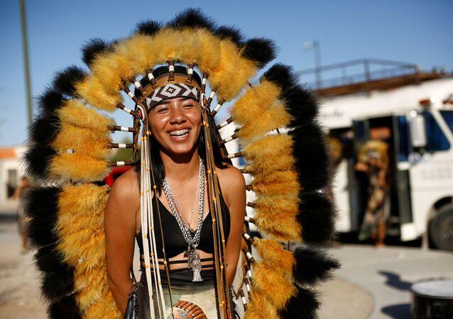 راقصة ماتاتشين تضحك أثناء مشاركتها في رقصة سانتا مويرتيه (قديسة الموت أو سيدة الموت) خلال احتفال الأسبوع المقدس، في سيوداد خواريز، المكسيك، 28 مارس 2021