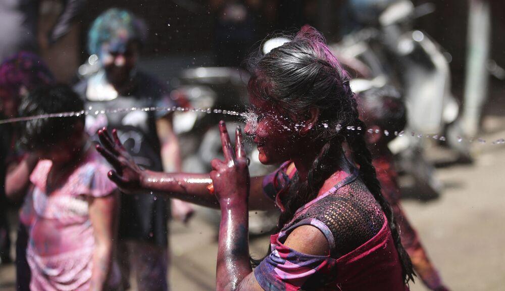 أطفال هنديون يستمتعون باحتفالات عيد هولي في جامو، الهند 28 مارس 2021