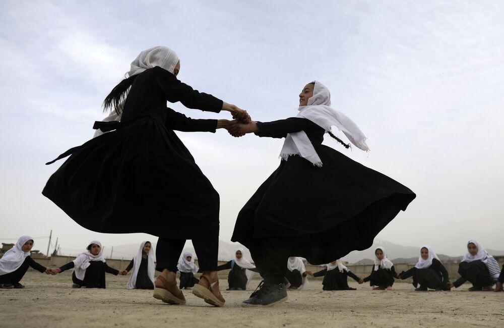 طالبات أفغانيات يلعبن في مدرسة ابتدائية في كابول، أفغانستان، 27 مارس 2021
