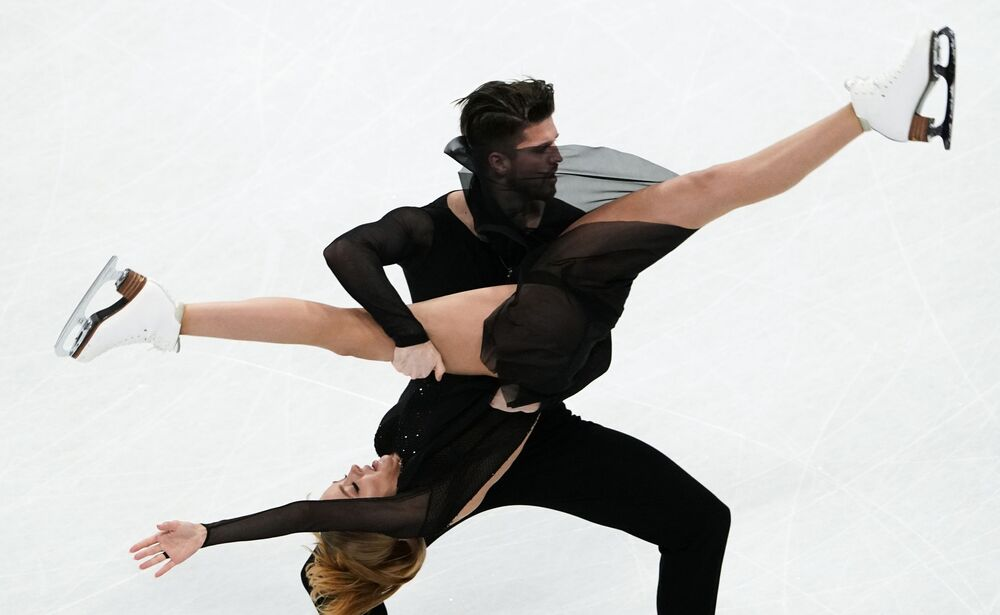 الروسيان ألكسندر ستيبانوفا وإيفان بوكينا، خلال فقرة التزلج الحر في مسابقة الثنائي ضمن بطولة العالم  للتزحلق على الجليد في ستوكهولم، السويد 27 مارس 2021
